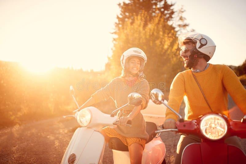 Lycklig parridning p? en sparkcykel i gammal europeisk stad royaltyfria foton
