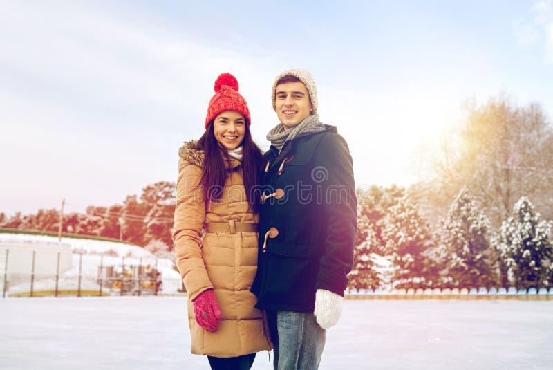 Lycklig parskridskoåkning på isbana utomhus royaltyfri fotografi