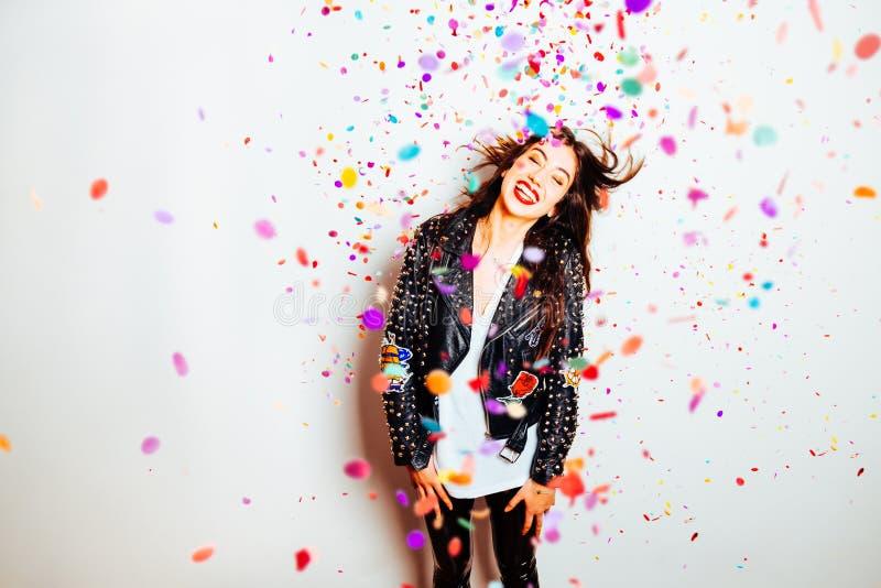 Lycklig partikvinna med konfettier arkivbild