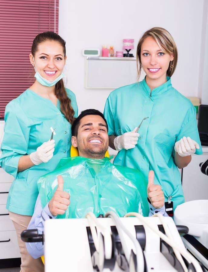 Lycklig patient på kirurgikontoret royaltyfri foto