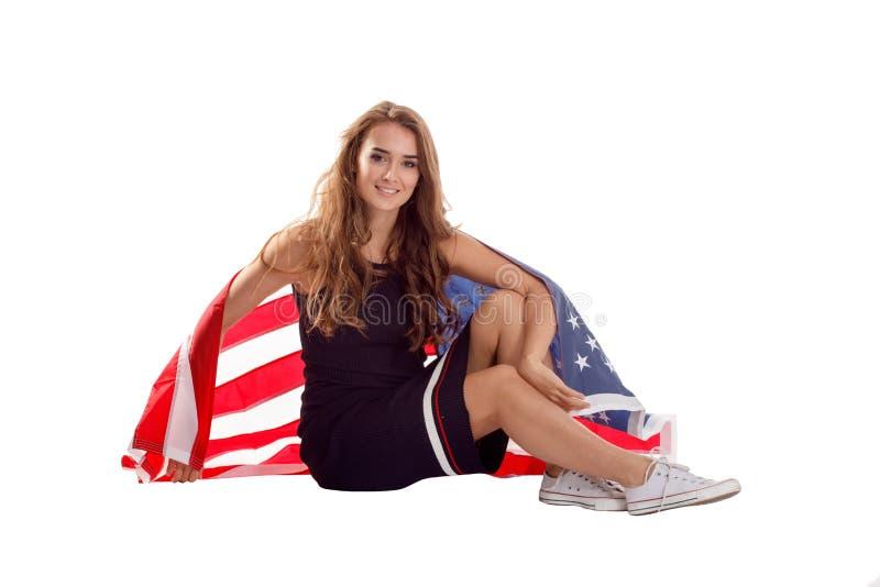 Lycklig patriotisk kvinna som rymmer USA flaggan arkivbilder