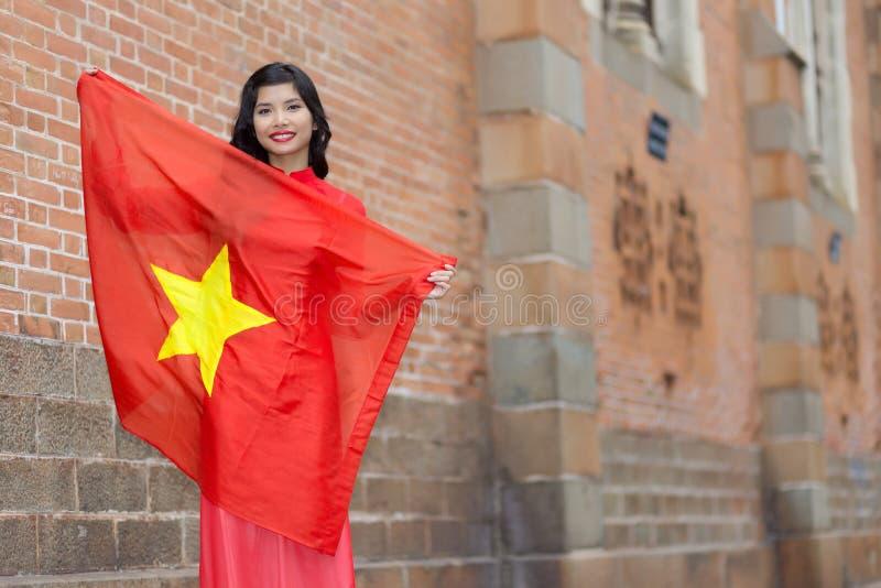 Lycklig patriotisk ung vietnamesisk kvinna royaltyfria foton