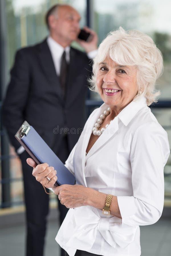 lycklig pensionär för affärskvinna royaltyfria bilder