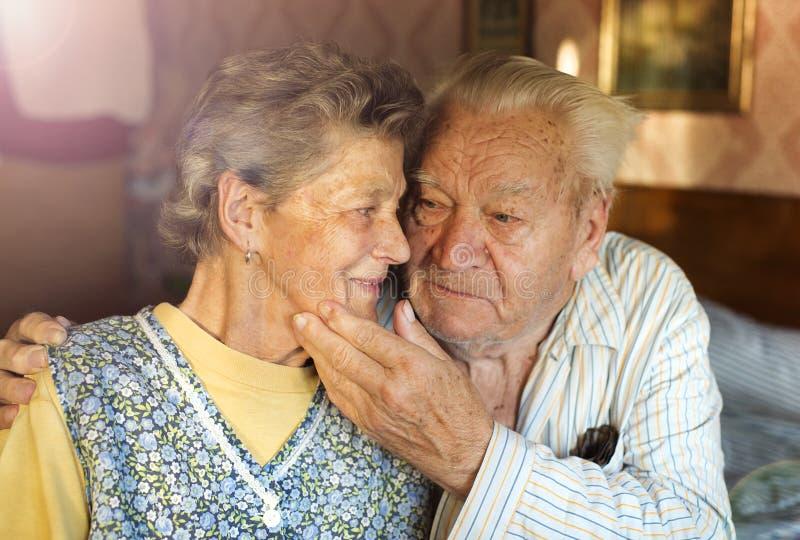 lycklig pensionär för par royaltyfria bilder