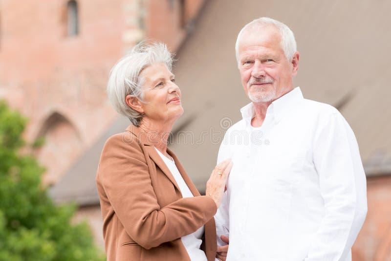 lycklig pensionär för par arkivfoto