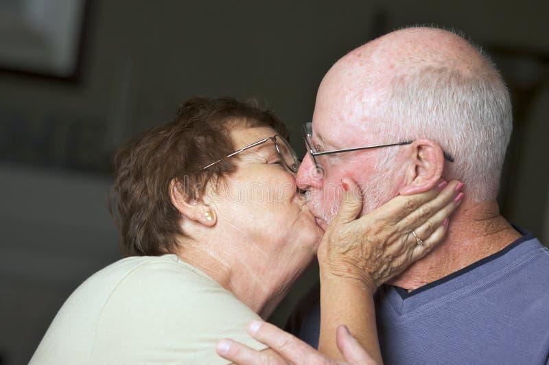 lycklig pensionär för vuxna par arkivfoton