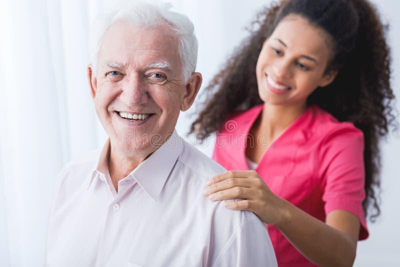 Lycklig pensionär och anhörigvårdare arkivfoto