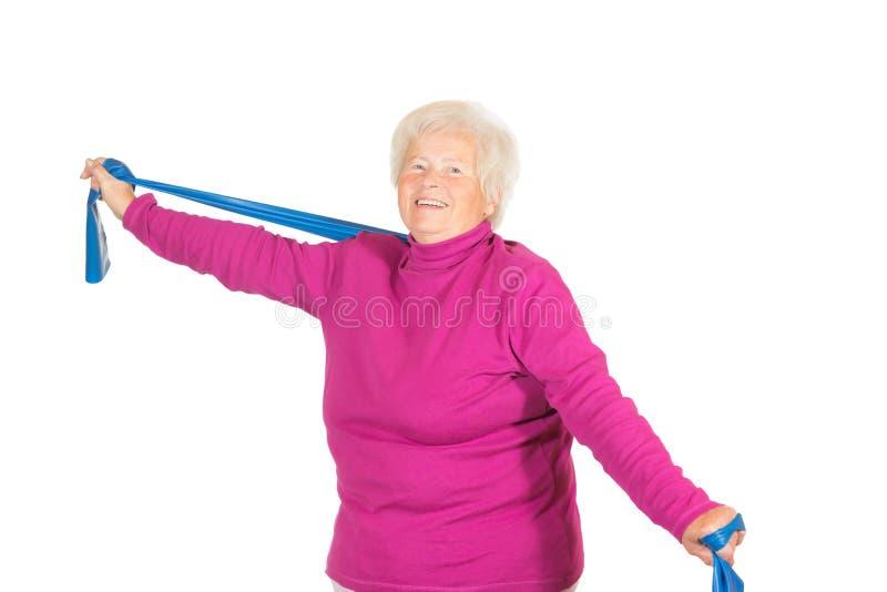 Lycklig pensionär som gör övningar arkivfoton