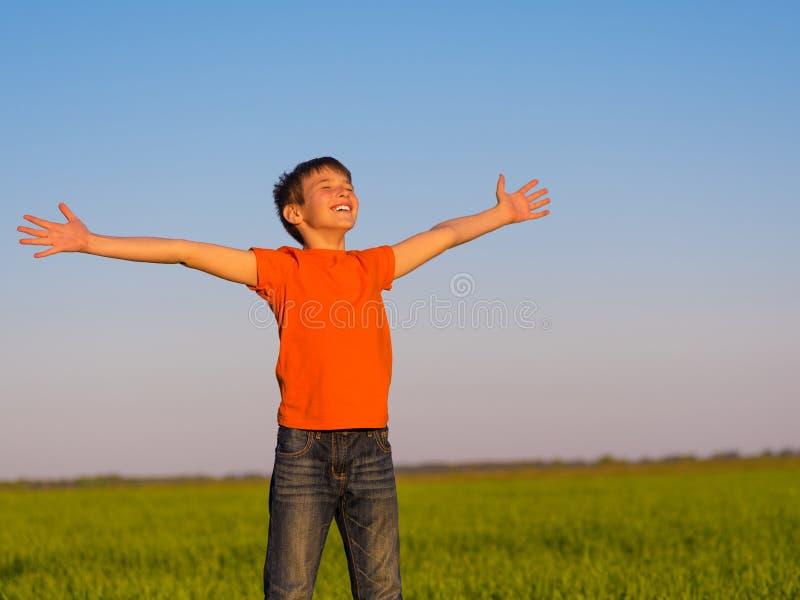 Lycklig person i naturen med lyftta armar arkivbilder