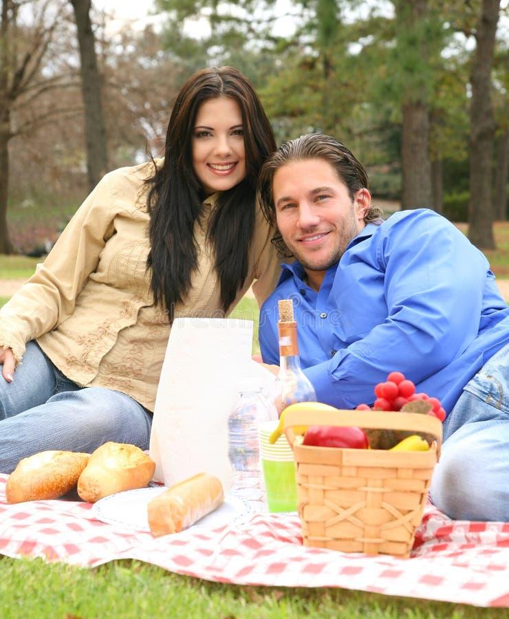 lycklig picknicksommar för par arkivfoton
