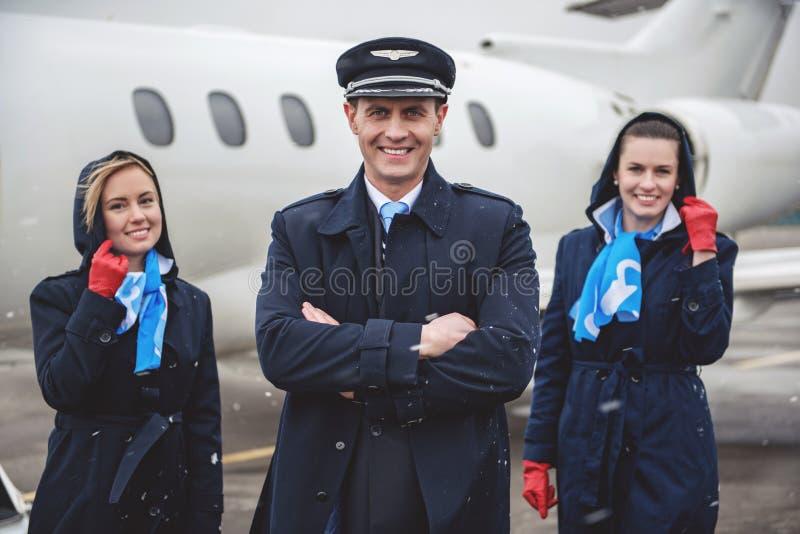 Lycklig pilot med luft-lyxfnask som lokaliserar mitt emot flygplan arkivfoton