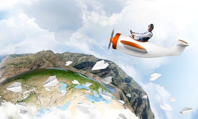 Lycklig pilot som k?r den lilla propellerniv?n arkivfoton
