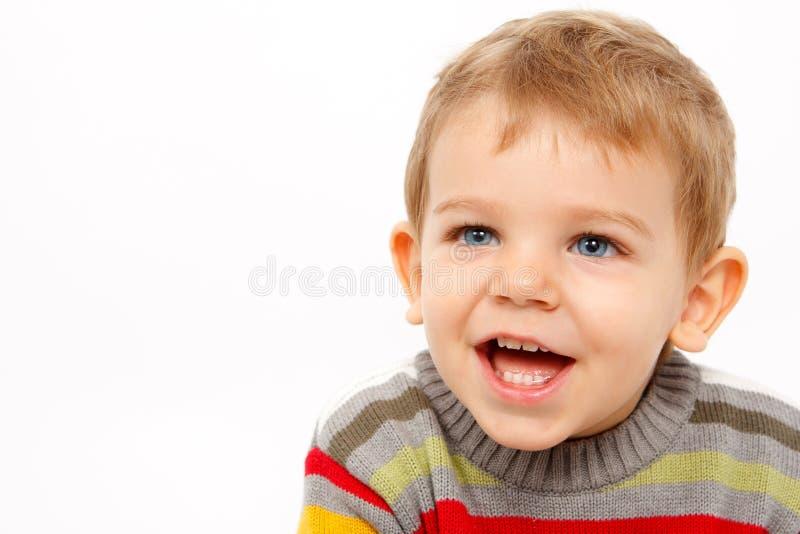 Lycklig pojke, i att skratta för vinterkläder arkivbild