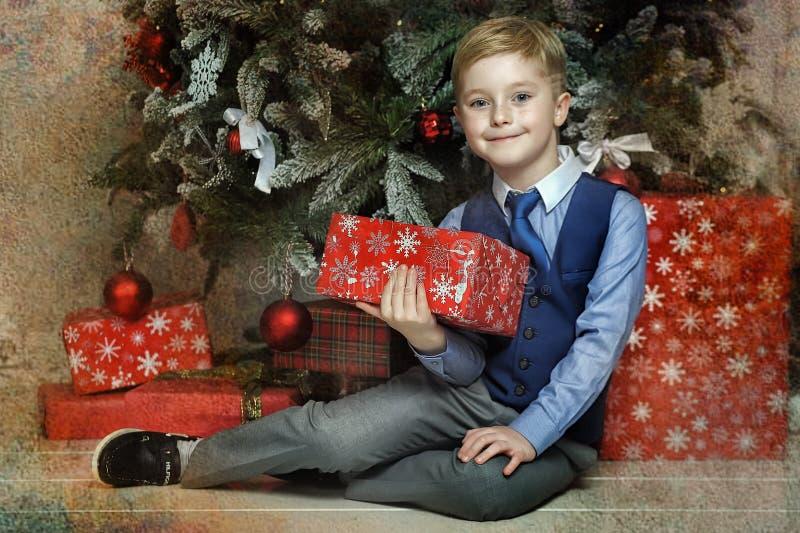 Lycklig pojke i jul arkivbild