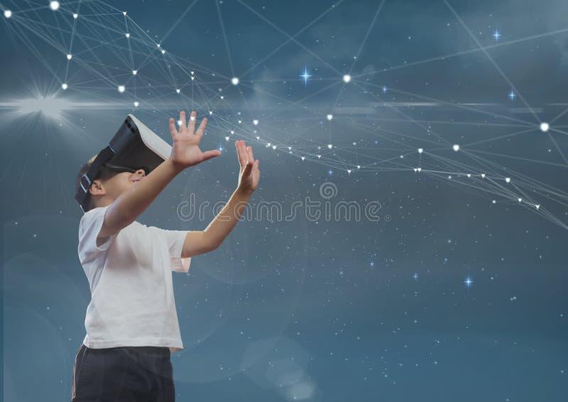 Lycklig pojke i rörande stjärnor för VR-hörlurar med mikrofon mot blå himmel arkivfoto