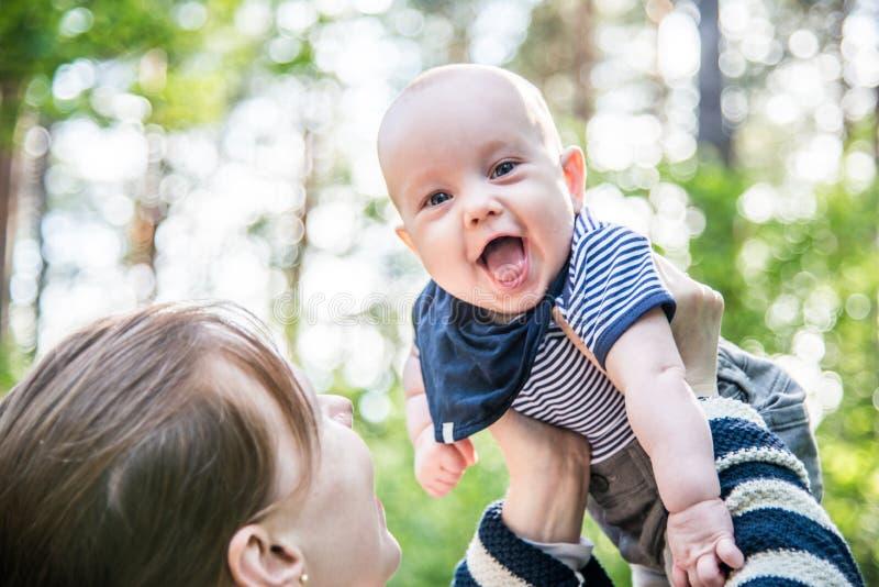 Lycklig pojke i skog royaltyfri foto