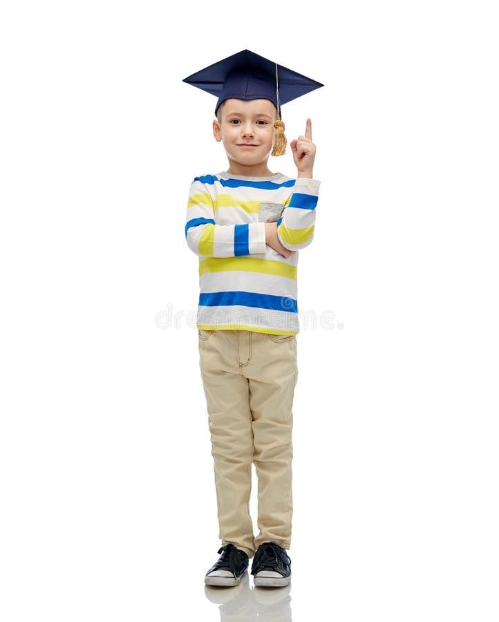 Lycklig pojke i ungkarlhatt som pekar upp fingret arkivfoton