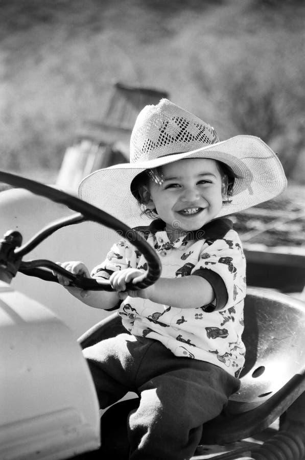 lycklig pojke little leka traktor royaltyfria bilder