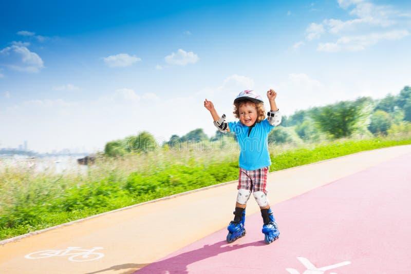 Lycklig pojke med lyfthänder royaltyfri bild