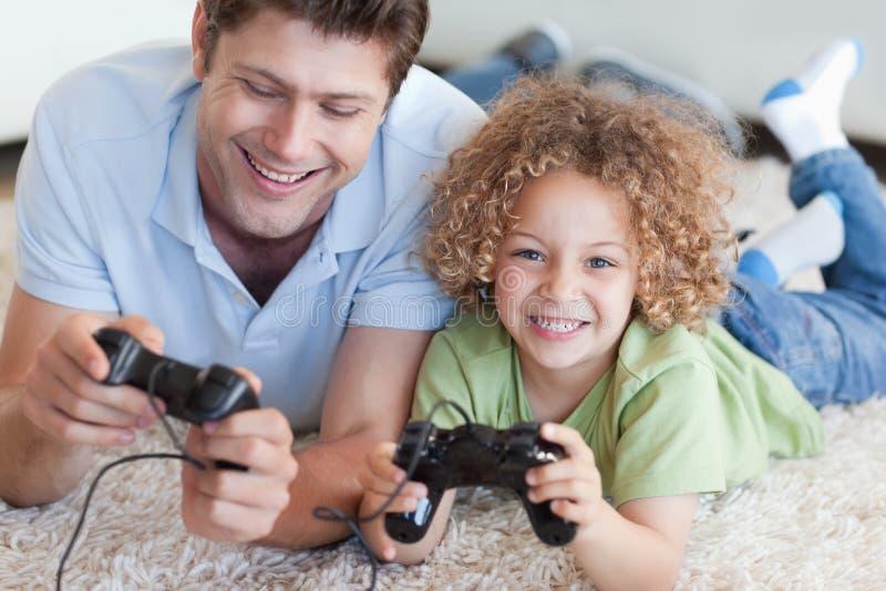 Lycklig pojke och hans leka videospel för fader fotografering för bildbyråer