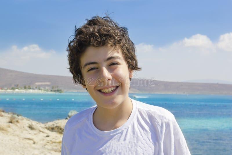 Lycklig pojke på havet royaltyfria foton