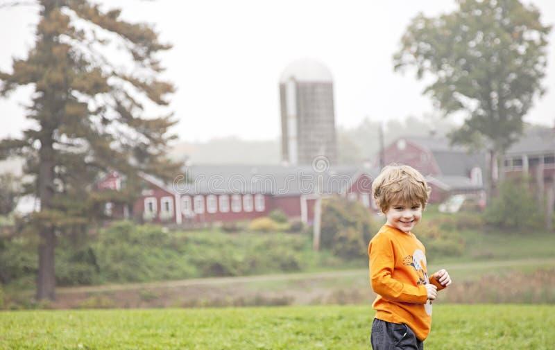 Lycklig pojke på lantgård arkivfoto