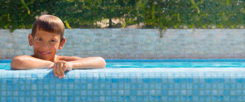 Lycklig pojke på simbassängen fotografering för bildbyråer