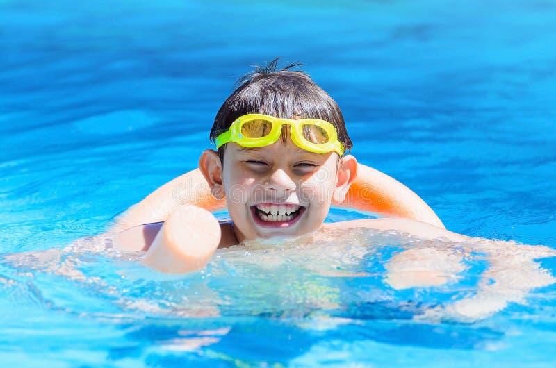 Lycklig pojke på simbassängen, sommartid arkivbild
