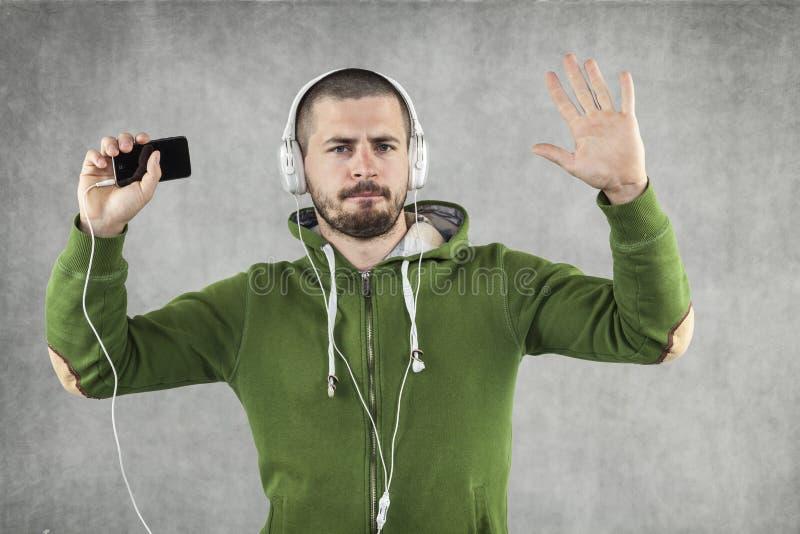 Lycklig pojke som dansar och lyssnar till musik royaltyfria bilder