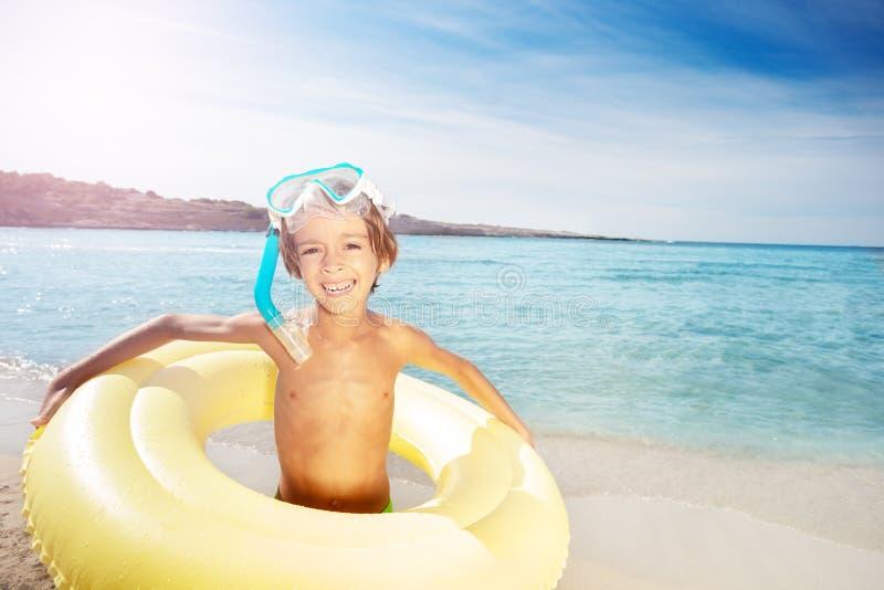Lycklig pojke som får klar för havssimning arkivbild