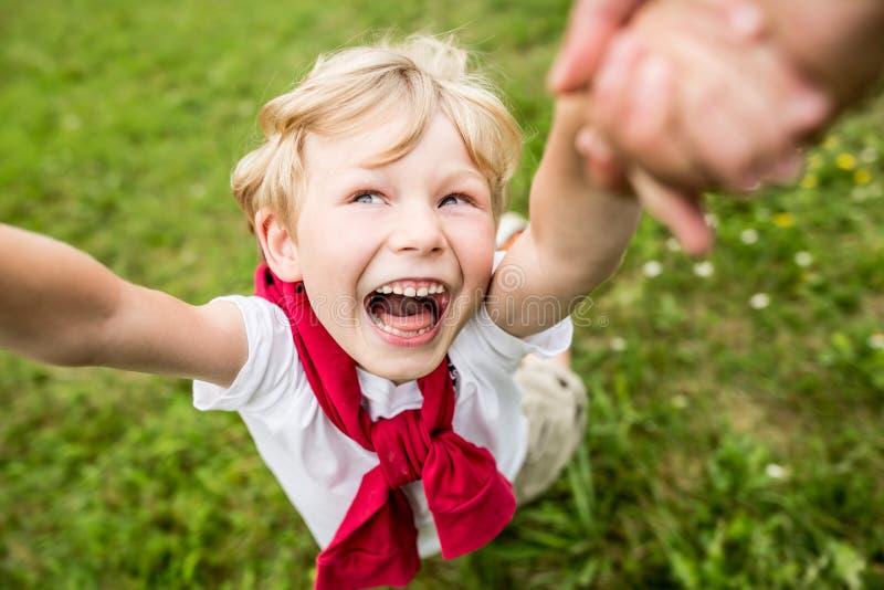 Lycklig pojke som spelar och skrattar fotografering för bildbyråer