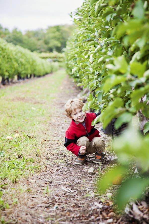Lycklig pojke som utanför spelar royaltyfri fotografi