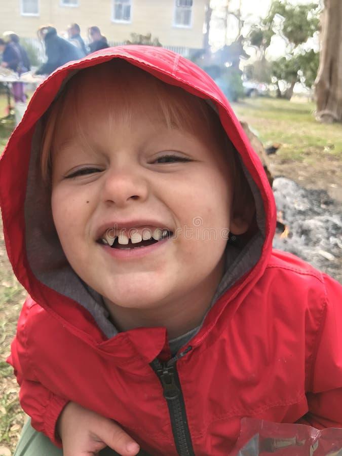 Lycklig pojke utanför på en kall dag royaltyfri bild