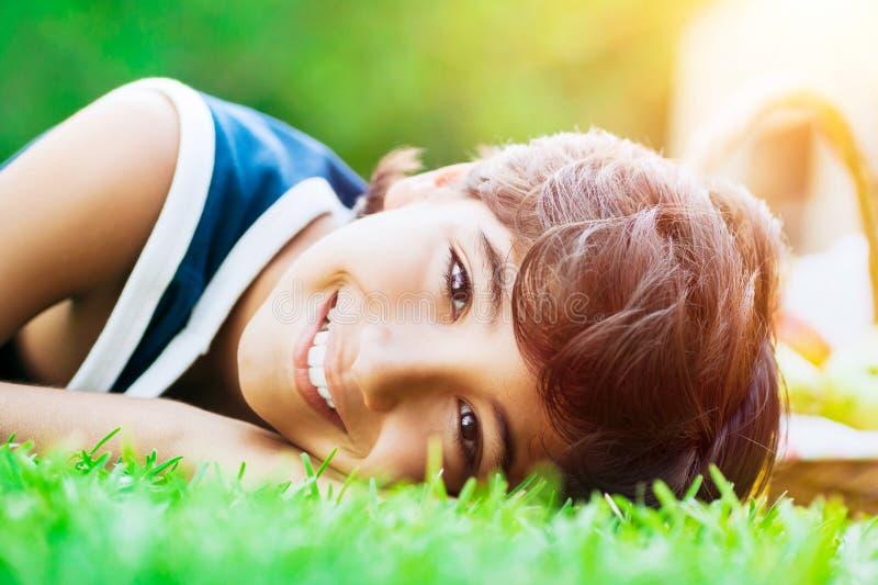 lycklig pojke utomhus royaltyfri bild