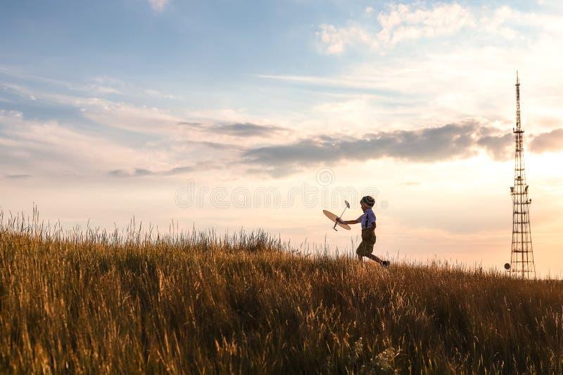 Lycklig pojkelek med den lilla vita niv?n royaltyfria bilder