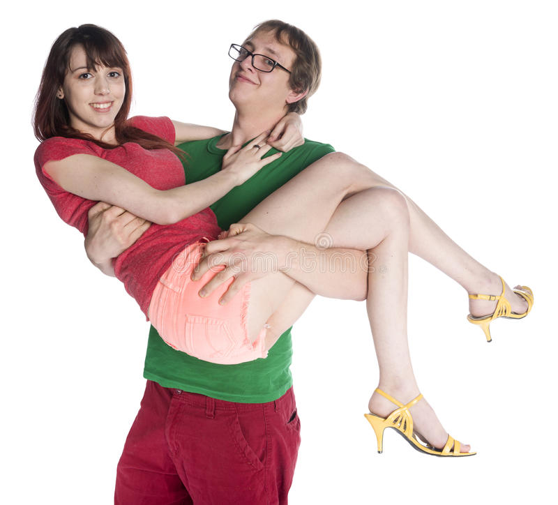 Lycklig pojkvän som bär upp hans nätta flickvän royaltyfri bild