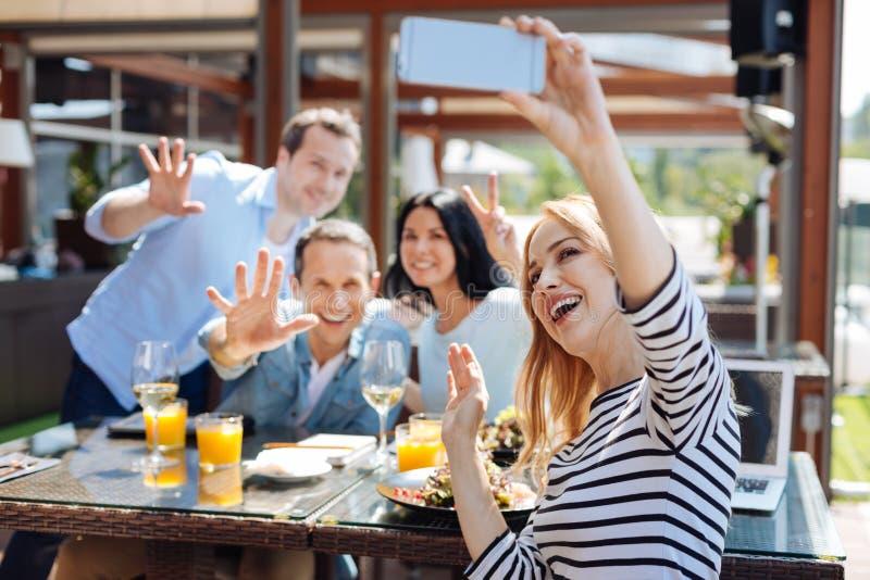 Lycklig positiv grupp av vänner som tycker sig om arkivfoto