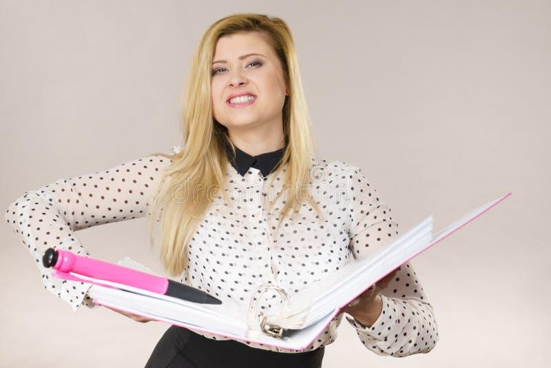 Lycklig positiv hållande limbindning för affärskvinna med dokument royaltyfri bild
