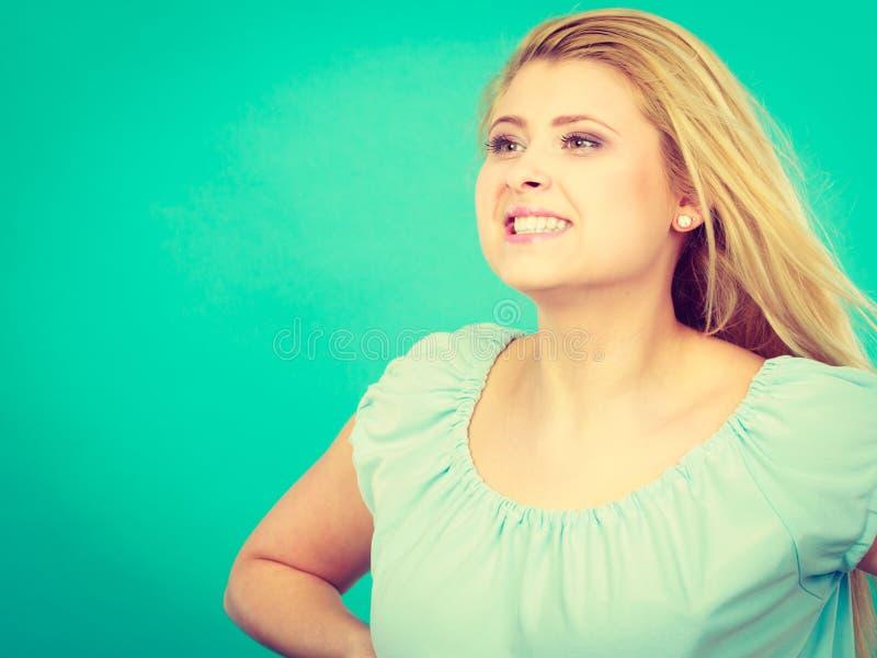 Download Lycklig Positiv Le Blond Kvinna Arkivfoto - Bild av kvinna, glädje: 106825288