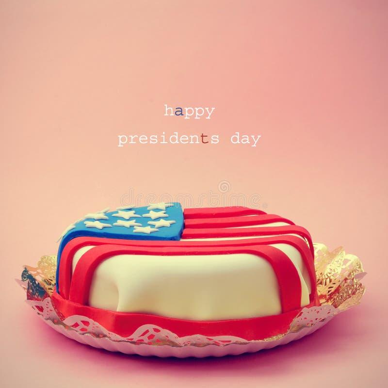Lycklig presidentdag för text och en kaka som smyckas med flaggan av royaltyfria foton