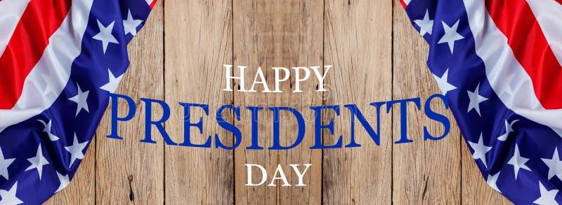 Lycklig presidenters dagtext på trä med flaggan av Förenta staterna gränsar royaltyfria foton