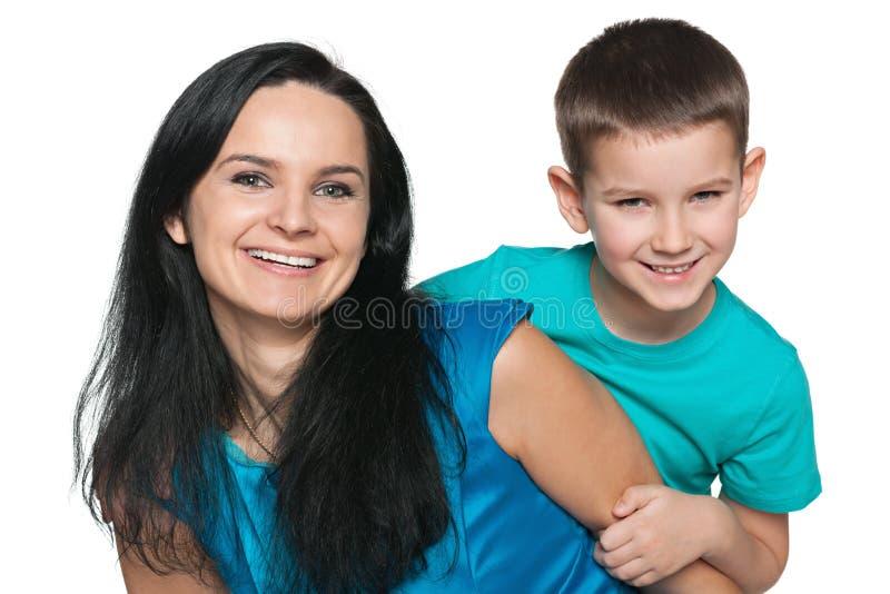 Lycklig pys med hans moder arkivfoto