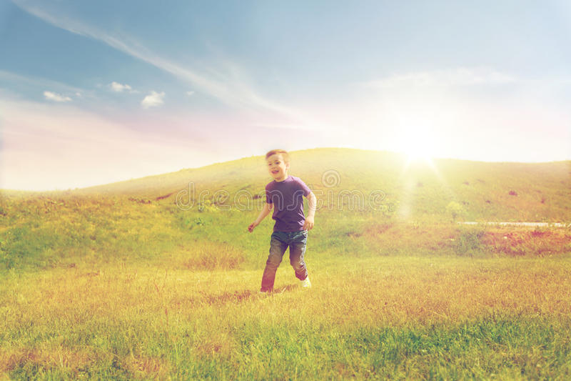 Lycklig pysspring på grönt fält utomhus arkivfoto