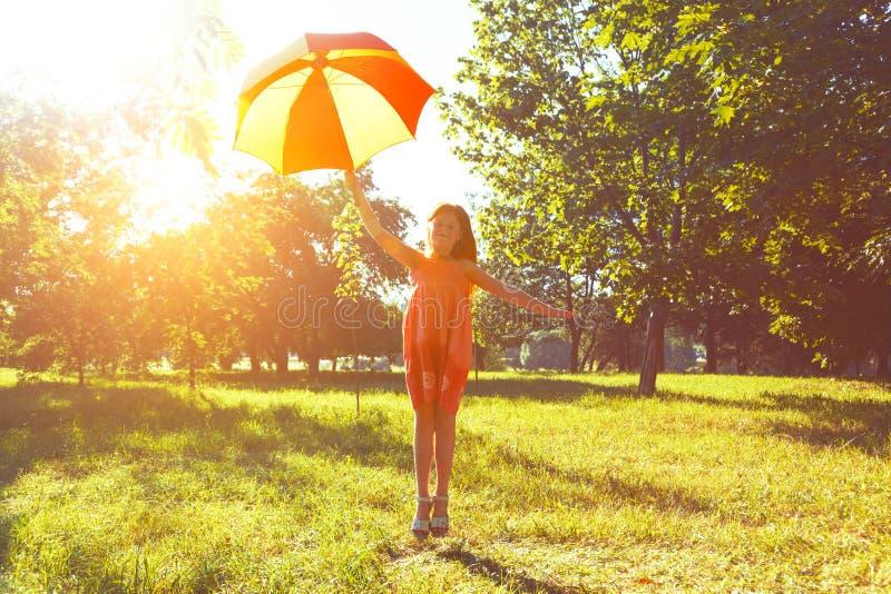 Lycklig rödhårig manflicka med paraplyet arkivbilder