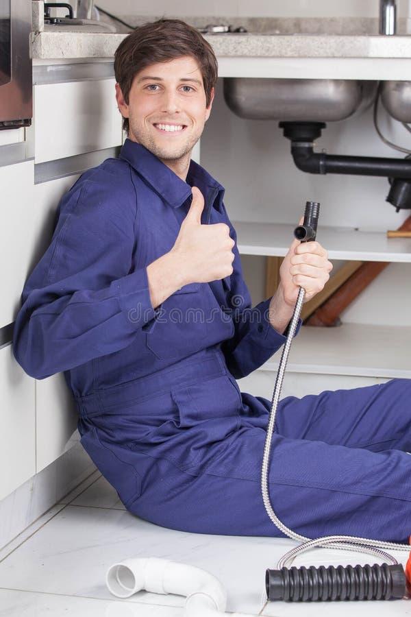 Lycklig rörmokare med hans finger upp royaltyfri bild