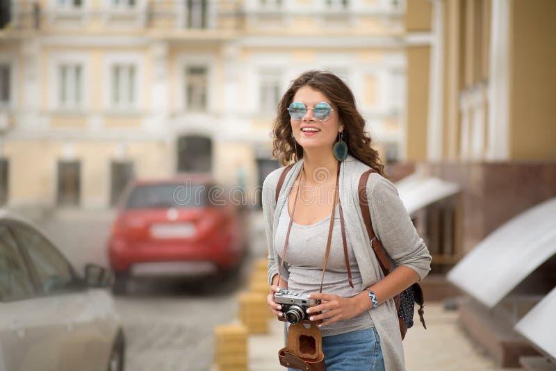 Lycklig resande för ung kvinna i Europa arkivfoto