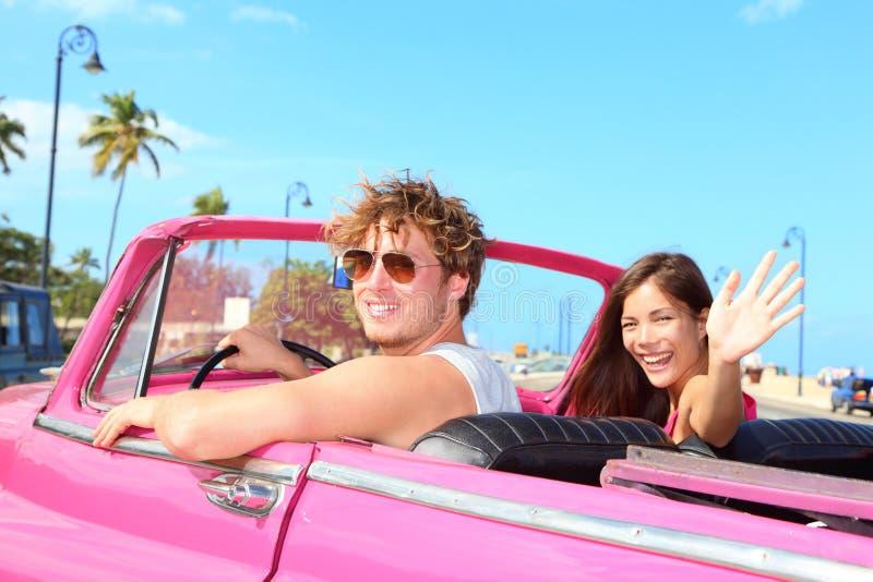 lycklig retro tappning för bilpar arkivfoto