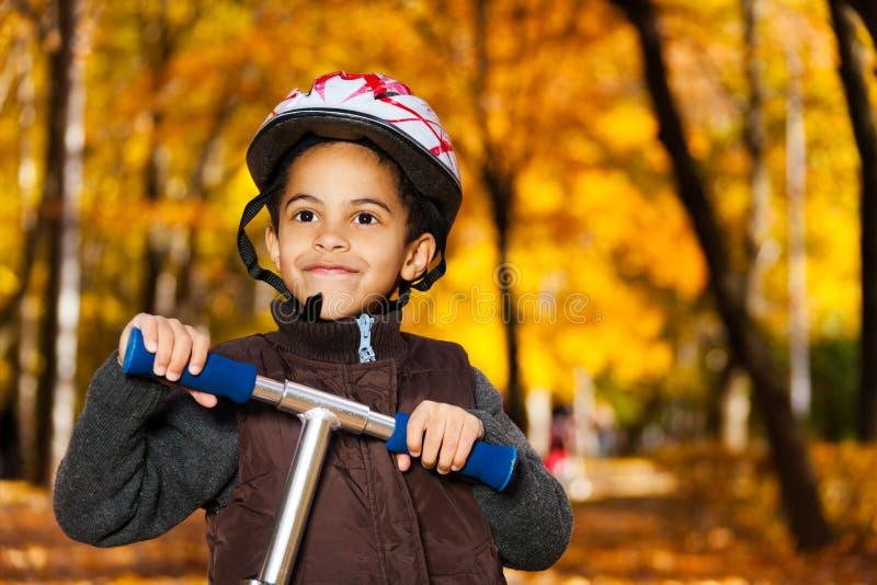 Lycklig ridningsparkcykelpojke royaltyfri fotografi
