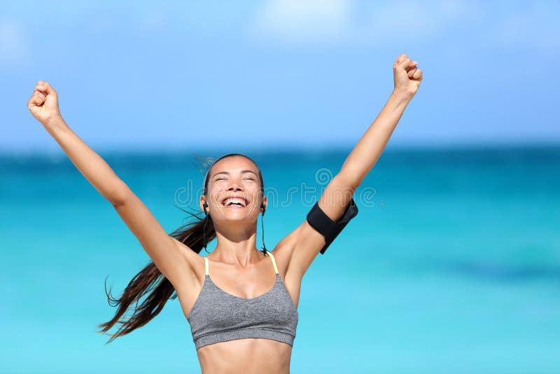 Lycklig rinnande kvinna som segrar - konditionframgång royaltyfri fotografi
