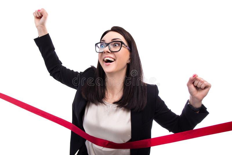 Lycklig rinnande mållinje för affärskvinna som korsning isoleras på wh arkivbild